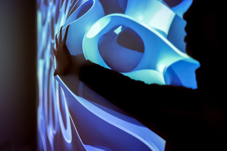 Prof. Axel Voigt, Dekan Mathematik TUD, Detailausschnitt der imersiven FlexiWall-Installation in der Ausstellung, die Selbstähnlichkeitsphänomene an hydrophoben Grenzflächen erfahrbar macht, Foto: Baldauf & Baldauf