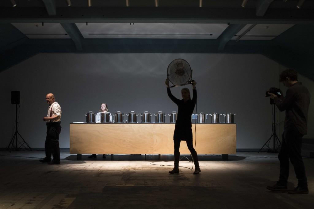 Osmodrama-Smeller-Osmodrom, Eröffnungsperformance zur Rauminstallation von Wolfgang Georgsdorf, nominiert für den KUWI DRESDEN 2017, Foto: Anna Tiessen