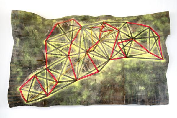 TOPOGRAFIE TRIANGULIRUNG, 2014 Formholz-Hirnholzplatte, Lack, Markierungsspray, Textmarker, Tusche, Graphit, diverse Schnüre und Seile 210 x 125 x 20 cm