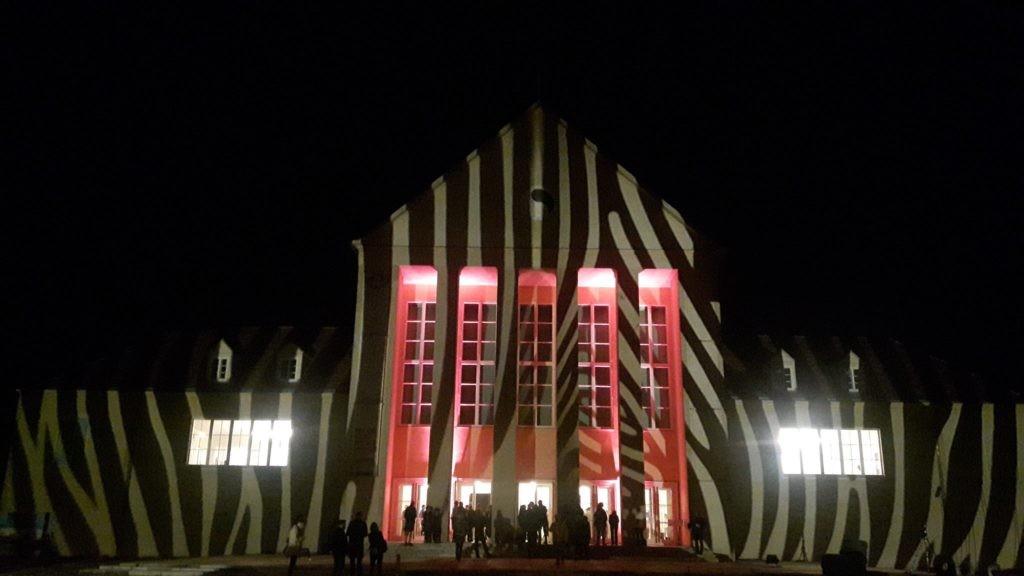 Festspielhaus zum INAROW Festival der go plastic company, Fassadeninszenierung und Foto: Denis Wrobel, 2017